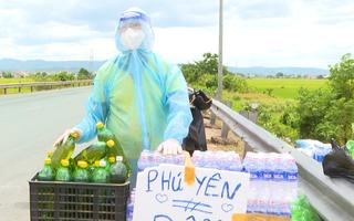 Video: Vợ chồng trẻ ở Phú Yên bán nhẫn vàng, mua xăng ra quốc lộ tặng người về quê