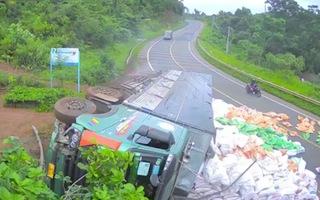 Video: Xe tải chở gạo mất lái, ủi bay lan can rồi lật nghiêng bên đường