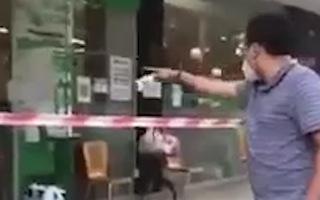 Video: Người đàn ông la lối, chửi bới trước trung tâm thương mại ở quận 7 là 'tình nguyện viên'?