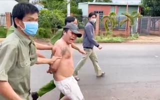 Video: Tạm giam người đấm, chửi bới lực lượng chốt kiểm soát dịch COVID-19
