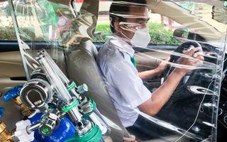 Video: Lắp đặt thiết bị y tế, chuyển đổi taxi thành xe chuyển bệnh nhân cấp cứu ở TP.HCM