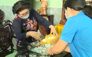 Video: Đập heo đất tiết kiệm mua 1 tấn gạo gửi khu cách ly nấu cơm cho bà con