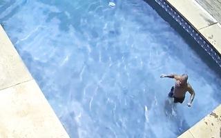 Video: Nghi phạm 'ung dung' tắm hồ, uống nước trước khi phá cửa lấy trộm đồ ở Mỹ