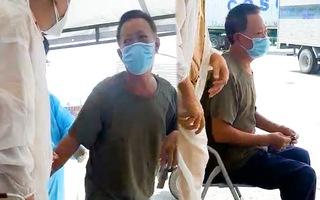 Video: Người đàn ông nhặt ve chai nuôi con bị tâm thần, được CSGT chở đến bệnh viện
