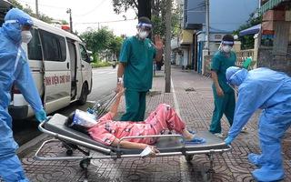 Video: Chuyến xe cứu thương 'đặc biệt' đưa bệnh nhân COVID-19 khỏi bệnh về nhà