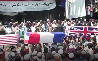 Video: Taliban ăn mừng, mang súng ống và 'quan tài giả' diễu hành ở Afghanistan