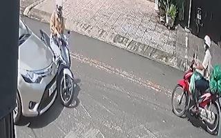 Video: Cô gái lao từ ngã ba, tông vào ôtô bị thương nặng