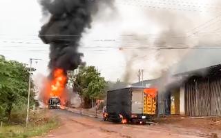 Video: Nổ lớn, xe bồn chở xăng và xe tải bốc cháy, một tài xế bị bỏng nặng