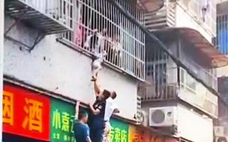 Video: Giải cứu bé trai ở nhà một mình bị kẹt đầu vào song sắt cửa sổ căn hộ, hàng trăm người theo dõi