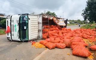 Video: Xe tải ôm cua đổ dốc lật ngang giữa quốc lộ, 8 tấn nông sản tràn ra đường