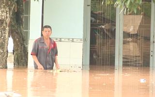 Video: Nước đổ về bất ngờ, nhiều khu vực ở thành phố Đồng Xoài ngập sâu