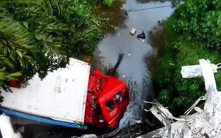 Video: Khoảnh khắc container đâm đầu xuống kênh