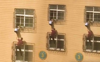 Video: Lại thót tim với cảnh trẻ em kẹt đầu vào song sắt cửa sổ, treo lơ lửng ở tầng 4 chung cư