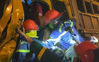 Video: Phá cửa, giải cứu 2 người bị kẹt trong cabin xe tải bẹp đầu sau tai nạn