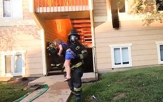 Video: Lính cứu hỏa lao vào lửa cứu người trong ngôi nhà bị cháy ngùn ngụt