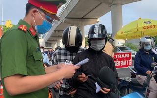 Video: Người dân 19 quận huyện 'bình thường mới' ở Hà Nội không phải xuất trình giấy đi đường