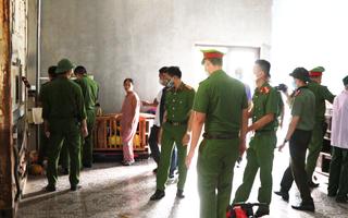 Video: Hàng trăm cảnh sát truy bắt nhóm thanh niên xông lên tàu cá tấn công ngư dân ở Quảng Bình