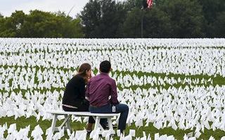 Video: Biển cờ trắng hơn 650.000 lá tưởng nhớ người mất vì COVID-19 ở Mỹ