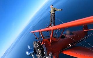 Video: Người đàn ông liều lĩnh đứng trên cánh máy bay đang nhào lộn