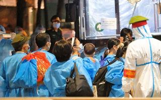 Video: Di dời hàng trăm người dân ở điểm dịch Thanh Xuân Trung trong đêm