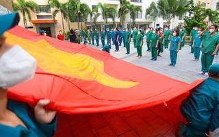 Video: Lễ chào cờ đặc biệt với nhiều bệnh nhân và thầy thuốc tại Bệnh viện dã chiến số 6