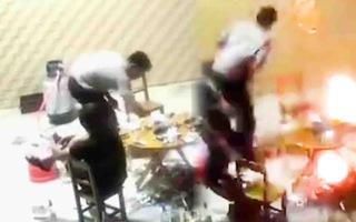 Video: Dùng vòi khò gas phun lửa đuổi gián, bàn nhậu bốc cháy bừng bừng