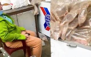 Video: Tiểu thương khóc ròng vì tủ đông mất điện, hàng tấn hàng phải đổ bỏ ở chợ Bình Điền