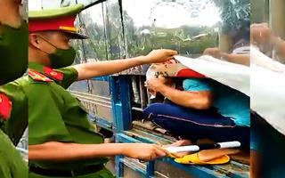 Video: Lại phát hiện 7 người 'ém' trong thùng xe tải thông chốt kiểm dịch