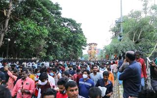 Video: Hàng ngàn người chen chúc dự lễ tắm nước cho tượng thần voi tại Ấn Độ