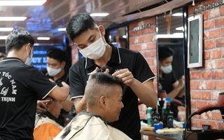 Video: Tiệm tóc ở Hà Nội đông nghịt, nhiều thợ phấn khởi nói 'tưởng quên tay nghề luôn rồi'