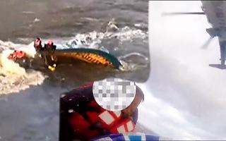Video: Dùng trực thăng giải cứu 5 ngư dân trên tàu cá đang chìm dần ở Liêu Ninh
