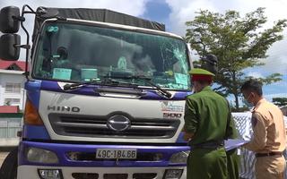 Video: Bắt giữ tài xế xe tải tông gãy 2 rào chắn chốt kiểm dịch bỏ chạy 100km