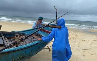 Video: Quảng Nam có mưa lớn, ngư dân hối hả đưa ghe thuyền vào bờ tránh trú bão