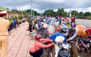 Video: Người dân và chính quyền hỗ trợ đưa gần 130 công nhân kẹt tại Cai Chanh về quê Nghệ An