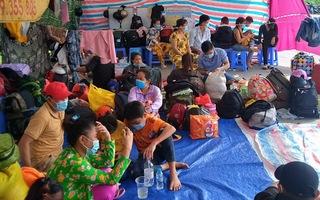Video: 200 người dân Trà Vinh mắc kẹt tại chốt kiểm soát được đưa đi cách ly trước khi về nhà