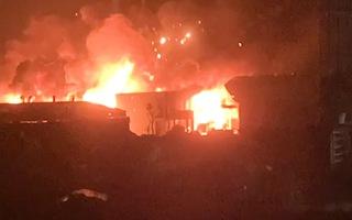 Video: Cháy kèm theo hàng loạt tiếng nổ lớn tại một xưởng cồn ở Hà Nội