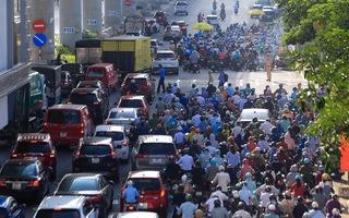 Video: Hà Nội ngày đầu 'phân vùng' chống dịch, xe ùn ứ trên nhiều tuyến đường