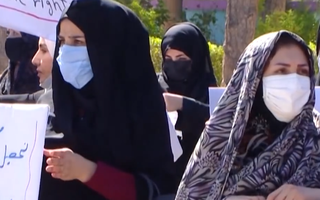 Video: Taliban quy định chỉ cô giáo mới được dạy nữ sinh, yêu cầu mặc áo choàng và quấn khăn che mặt