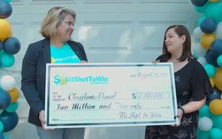 Video: Người phụ nữ trúng thưởng 2 triệu USD nhờ tiêm vắc xin COVID-19