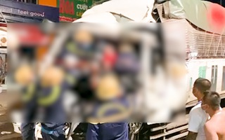 Video: Cảnh sát giải cứu tài xế kẹt trong cabin xe tải sau tai nạn