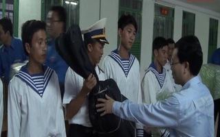 Tặng quà cho tân binh Trường Sa