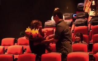 Cầu hôn dễ thương trong rạp chiếu phim