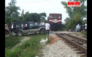Ô tô bị tàu đâm vì vượt đường sắt