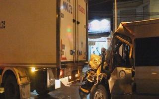 Tai nạn liên hoàn, người dân cạy cửa cứu tài xế mắc kẹt trong xe