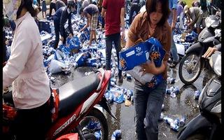 """Dân vô cảm """"hôi của"""" hàng ngàn thùng bia"""