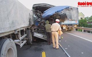 Phụ xe chết vì đâm vào đuôi xe tải
