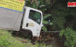 Xe tải treo lơ lửng trên miệng cống thoát nước