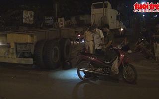 Người đàn ông kẹt dưới bánh xe container sau tai nạn