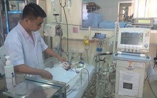 Mổ cứu cháu bé sơ sinh bị khối u chèn ngang cổ