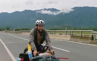 Một thanh niên Pháp đi vòng quanh thế giới bằng xe đạp